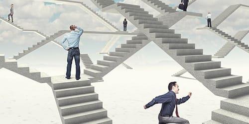 спускаться по лестнице