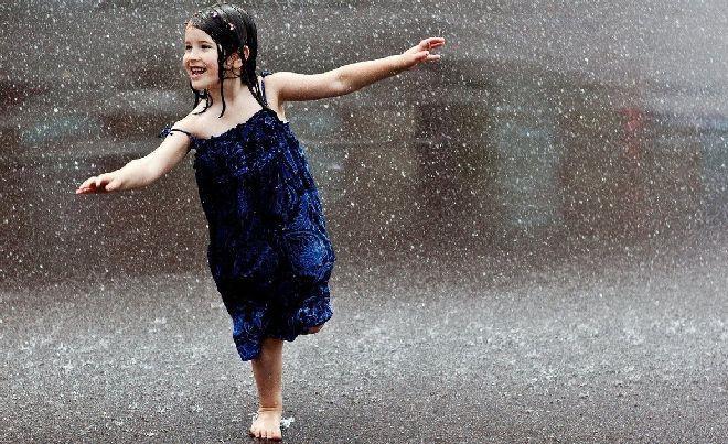 К чему снится сильный дождь, что означает попасть под дождь во сне, была ли гроза, молния, промокли ли Вы, а может быть дождь из камней - подробное толкование сна