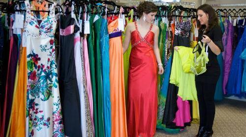 мерить красивое платье