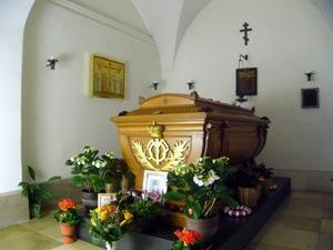 Гроб, усыпанный цветами во сне
