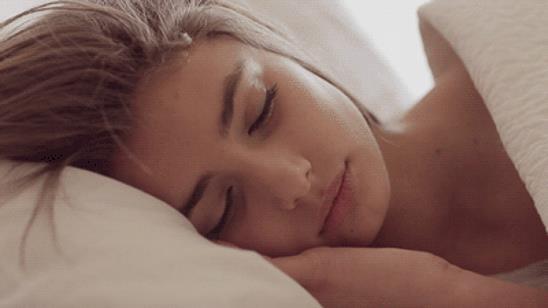 будить спящего человека