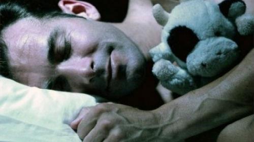 незнакомый спящий мужчина