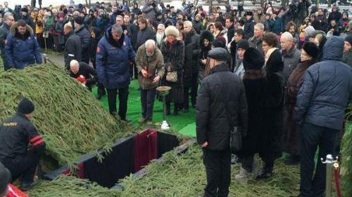 похоронная процессия на кладбище