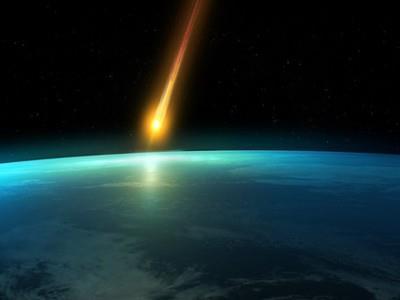 падающий метеорит на черном фоне