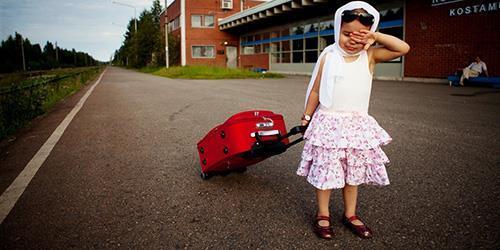 Девочка с дорожной сумкой