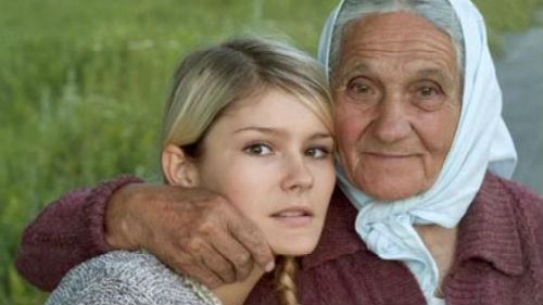 умершая бабушка обнимает