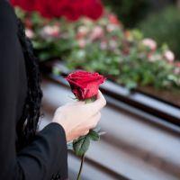 Человек с розой у гроба