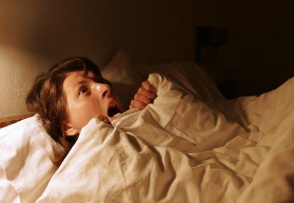Женщина проснулась от ночного кошмара
