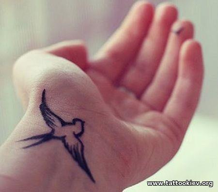 Значение татуировки с птичкой