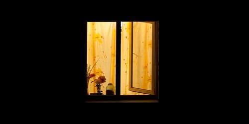 к чему снится стук в окно ночью