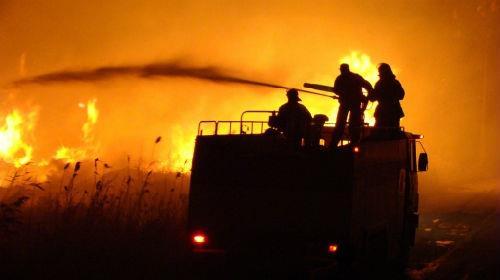 пожарная машина тушит пожар