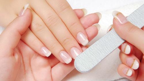 стричь ногти на руках другому человеку