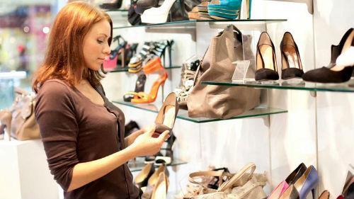 мерить обувь в бутике