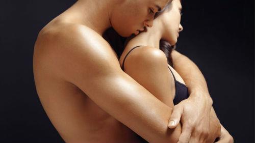 мужчина обнимает во сне