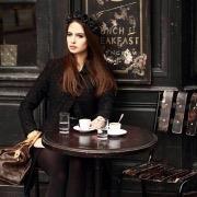 Девушка за столом