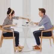 пара за столом