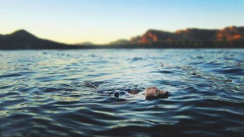 к чему снится плыть по течению